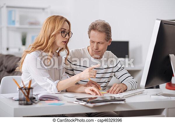 como coquetear a un hombre en el trabajo