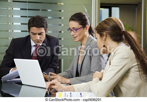 Gente en el trabajo - csp0696291