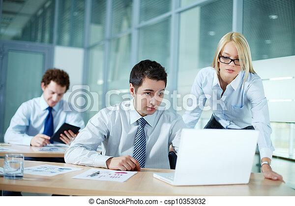 Trabajando juntos - csp10353032