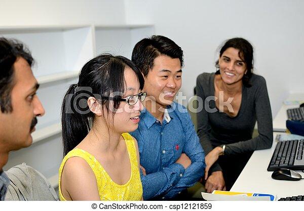 Trabajando juntos - csp12121859