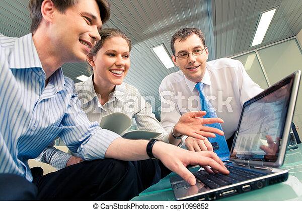 Trabajando juntos - csp1099852