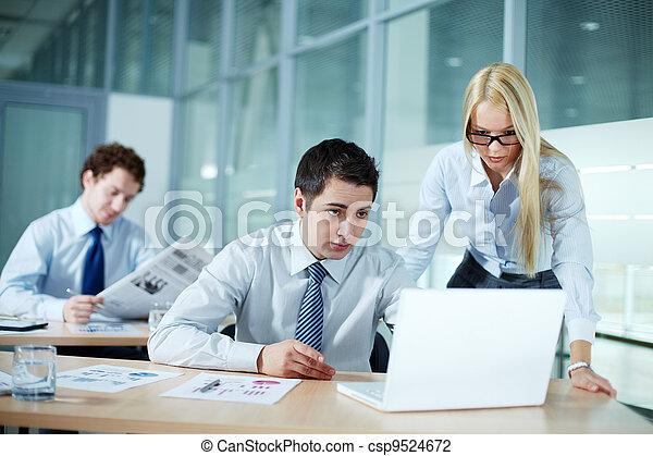 Trabajando juntos - csp9524672