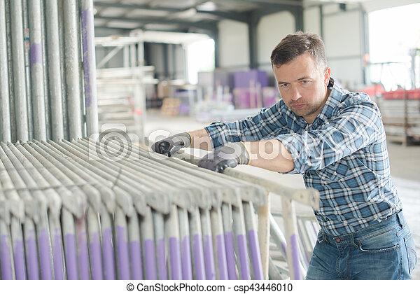 Trabajador en el trabajo - csp43446010