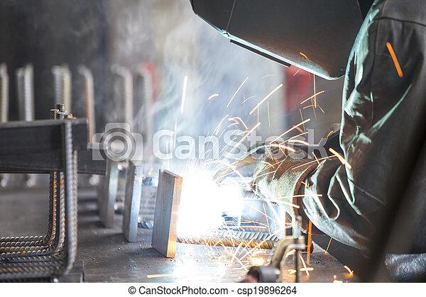 trabalhador industrial, soldadura - csp19896264
