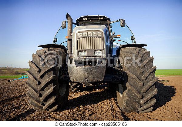 Un tractor agrícola - csp23565186