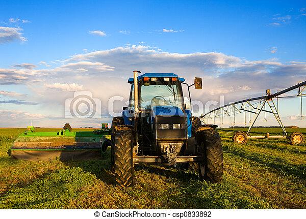 Un tractor de granja - csp0833892