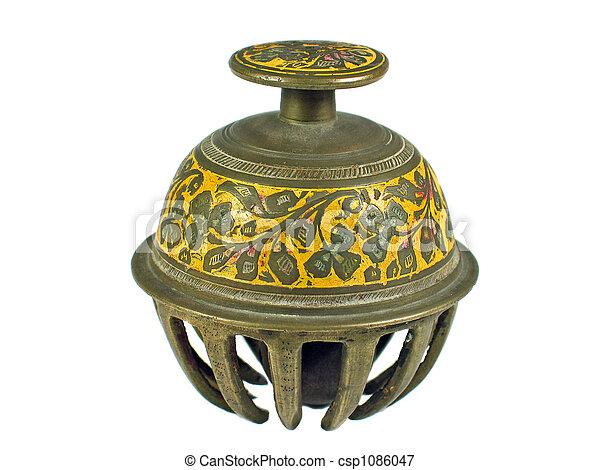 La campana tradicional de la India está aislada - csp1086047