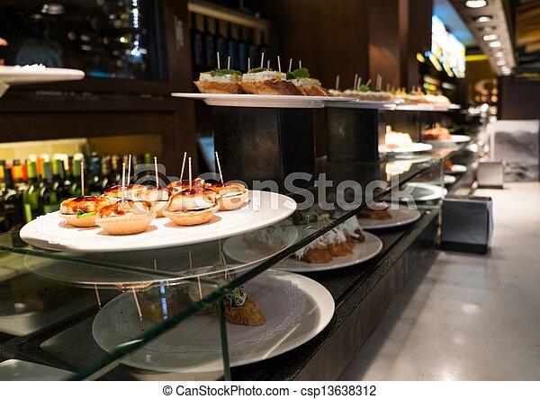 Pescaditos tradicionales en un plato en un restaurante - csp13638312