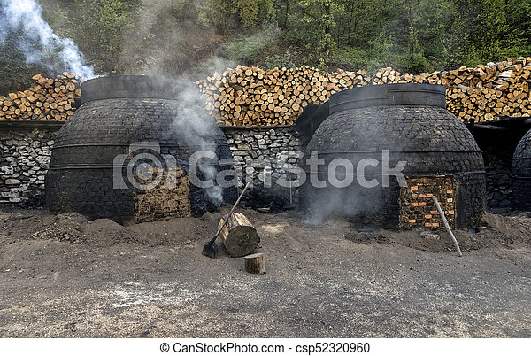 traditionnel, charbon de bois, production, manière, forêt - csp52320960