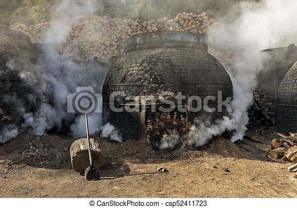 traditionnel, charbon de bois, production, manière, forêt - csp52411723
