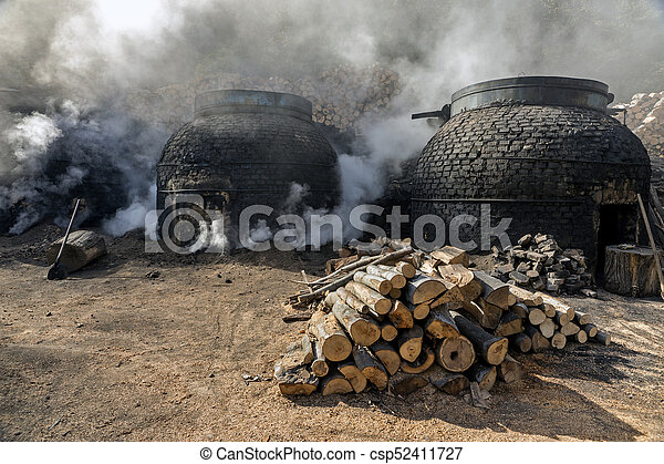 traditionnel, charbon de bois, production, manière, forêt - csp52411727