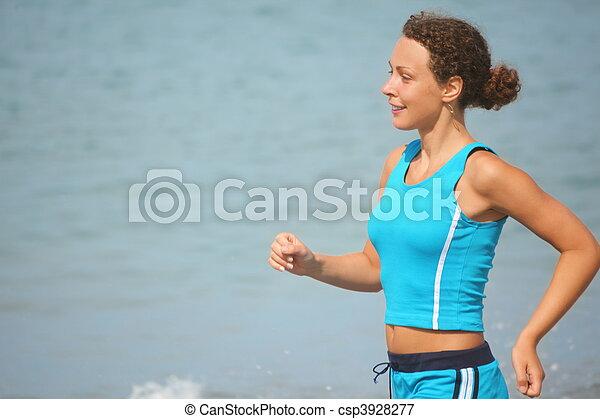 tragen, clothers, frau, sportliche , fokus., rennender , meer, water., lächeln, heraus - csp3928277