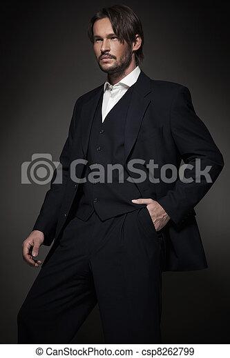 Hübscher Mann im dunklen Anzug - csp8262799
