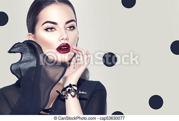 Modemodel-Frau mit stilvollem Chiffon-Kleid. Schöne sexy Mädchen mit dunklem Make-up - csp53630077