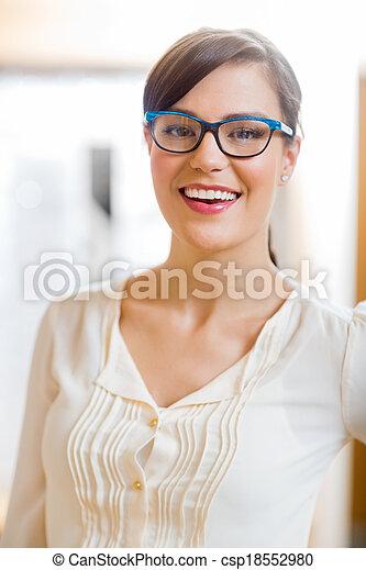 tragen, frau, kaufmannsladen, brille - csp18552980