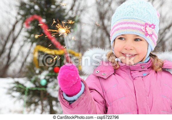 tragen, stehende , wenig, winter, christmass, baum, jacke, light., bengal, fokus., m�dchen, heraus - csp5722796