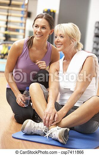 trainer, oefeningen, gym, vrouw stretching - csp7411866