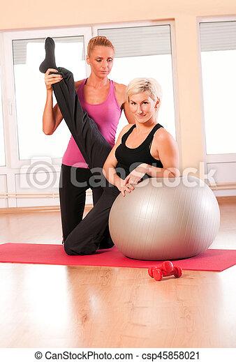 trainer, portie, vrouw, oefeningsbal - csp45858021