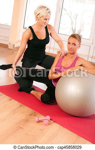 trainer, portie, vrouw, oefeningsbal - csp45858029