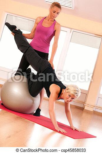 trainer, portie, vrouw, oefeningsbal - csp45858033
