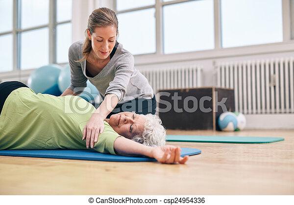 trainer, vrouw stretching, portie, ouder, vrouwlijk - csp24954336
