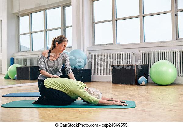 trainer, vrouw, yoga, portie, vrouwlijk, senior - csp24569555