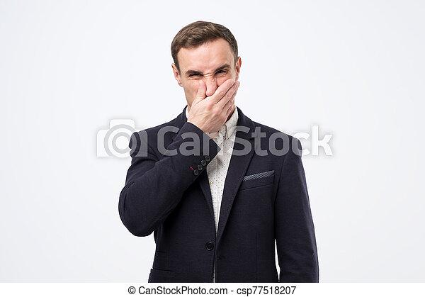 traje, hombre, nariz, malo, olor, cierre, debido, joven - csp77518207