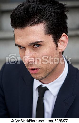 Hermoso joven con traje y corbata - csp15965377