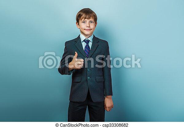 Chico con traje pulgares arriba - csp33308682