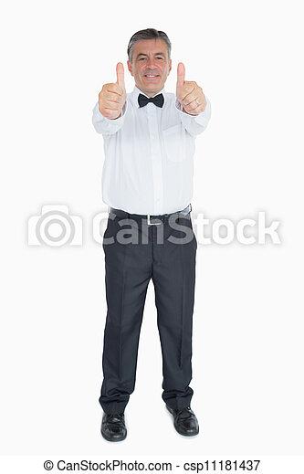 Hombre en traje mostrando ambos pulgares - csp11181437