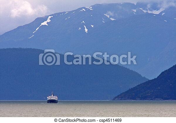Ferry en el fiordo de Columbia Británica - csp4511469