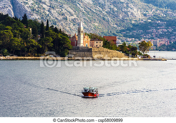 Ferry con iglesia de fondo - csp58009899