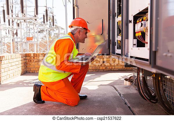 transformator, elektriker, alter, mittler, front, kneeing - csp21537622