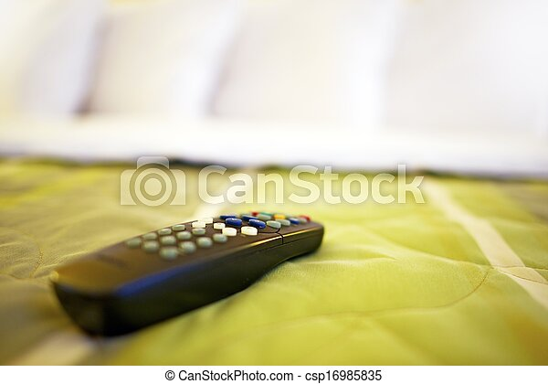 Televisión remota en la cama - csp16985835