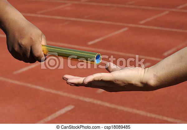 Relay-atletas manos enviando acción. - csp18089485