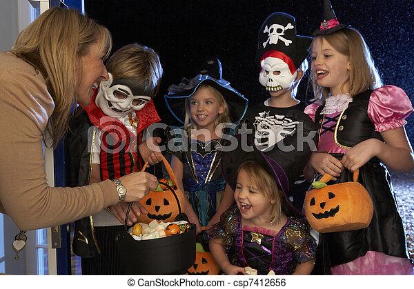 tratando, dia das bruxas, ou, truque, partido, crianças, feliz - csp7412656
