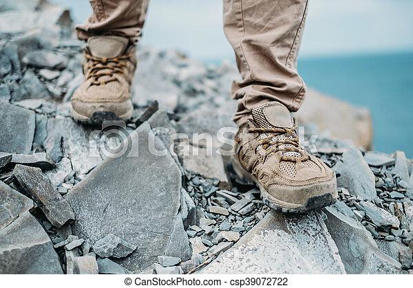 Caminando por el camino rocoso - csp39072722