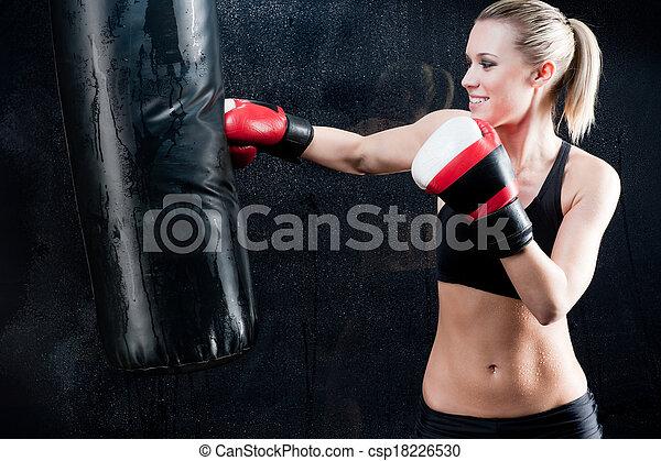 treinamento, mulher, ginásio, boxe, saco, perfurando - csp18226530