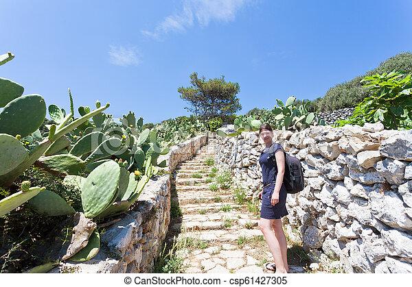 treppenhaus, gehen, frau, grotte, grotta, -, junger, auf, zinzulusa, apulia - csp61427305