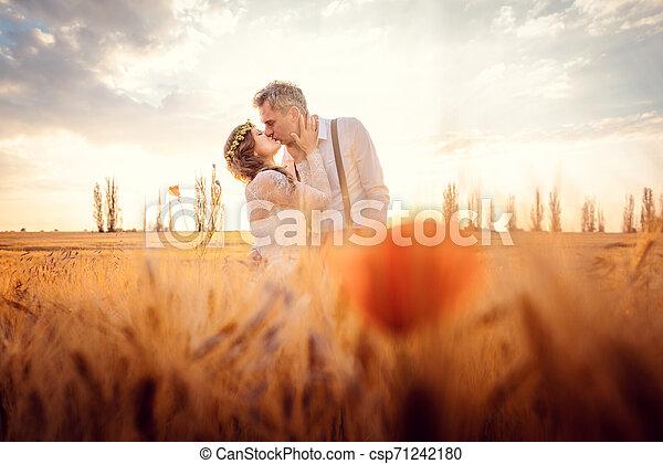 trigo, par romântico, campo, armando, casório, beijando - csp71242180