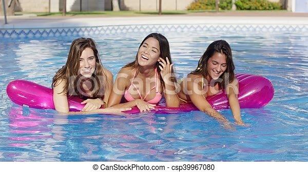 Prachtige trio bij het zwembad
