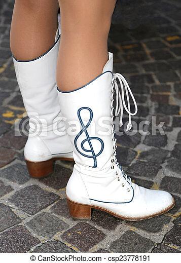 Botas de cuero blancas con tejidos de tejidos - csp23778191