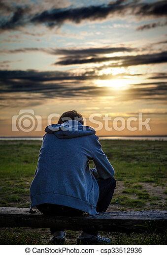 Imagen de un hombre solo y triste