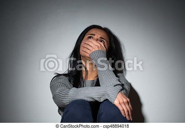 Mujer triste llorando de violencia doméstica - csp48894018