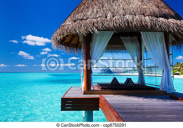 Un spa de aguas y bungalows en la laguna tropical - csp8750291