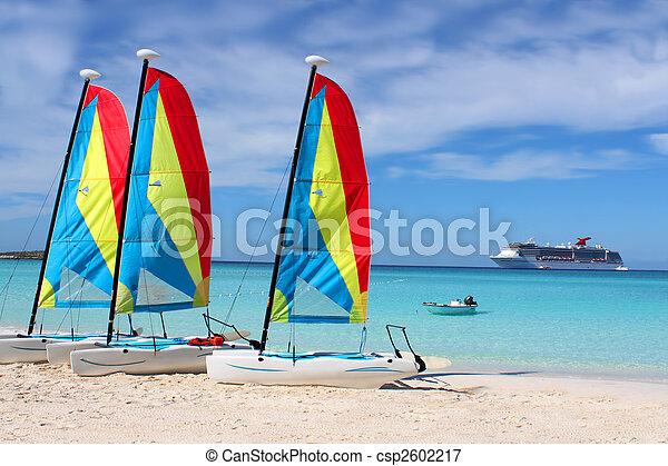 Barcos de playa tropicales y barcos - csp2602217