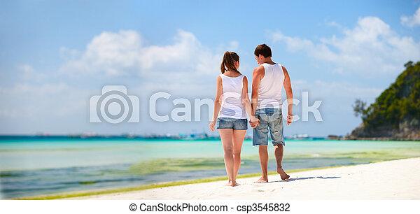 Una pareja en la playa tropical - csp3545832