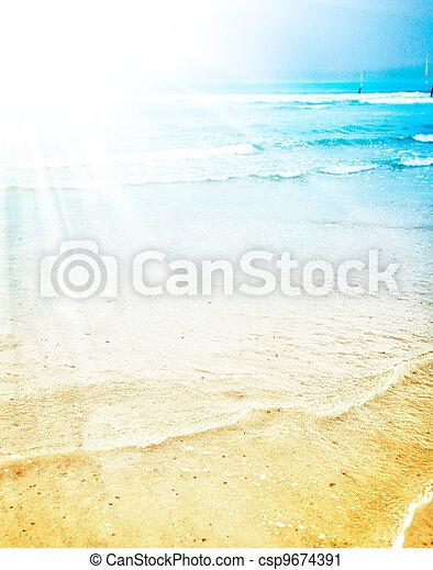 Un brillante sol de verano en una playa tropical - csp9674391