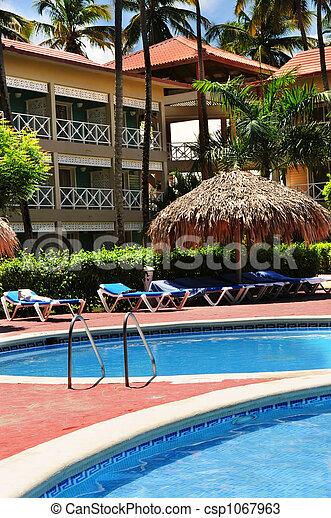 Schwimmbad-Hotel im tropischen Resort - csp1067963