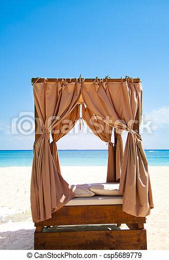 Tropisk, udendørs, seng. Tropisk, udendørs, behandlinger,... stock ...